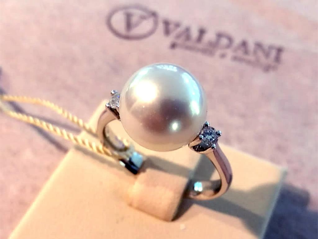 Gioielleria Valdani Gioielli e Orologi - Anello perla diamanti con logo Valdani con due brillanti